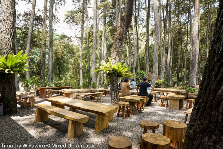 Indonesia-Bandung-Coffee-Shop-Armor-Kopi-Outdoor-seating-beside-the-forest-01